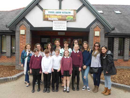 alumnas en Colegio Educación Infantil galés