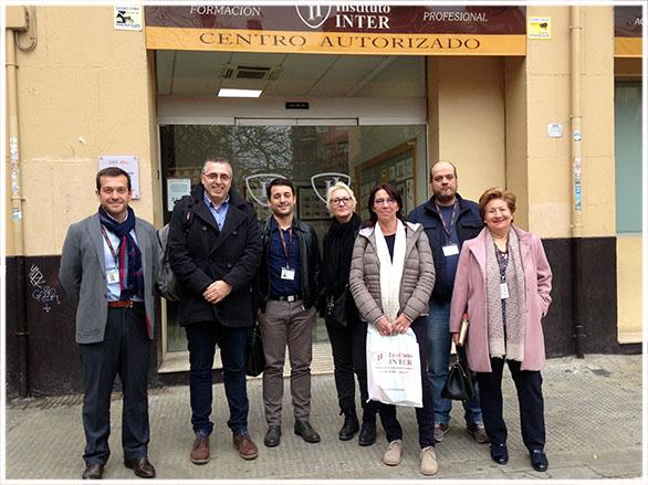 Delegación belga en la entrada de Instituto INTER