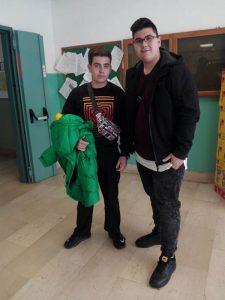 Oscar y Álex a la entrada del instituto italiano