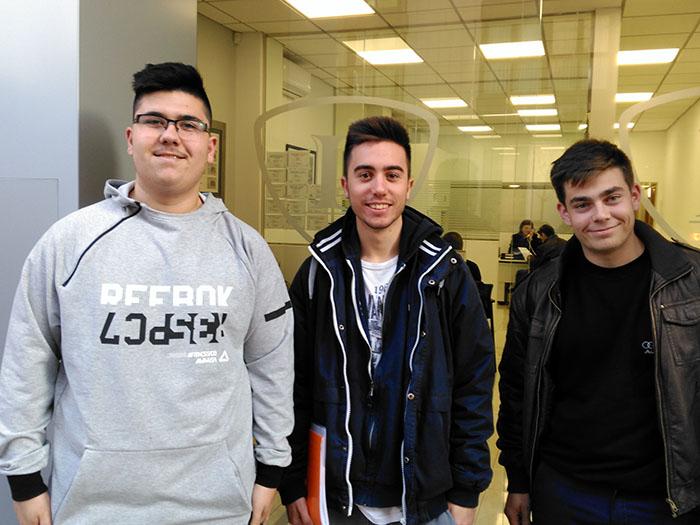 Álex, Albert y Oscar en la entrada de INTER