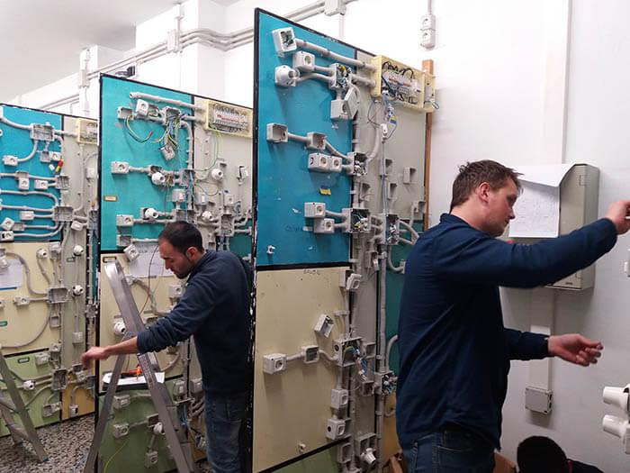 Alumnos Instituto INTER en taller de Electricidad