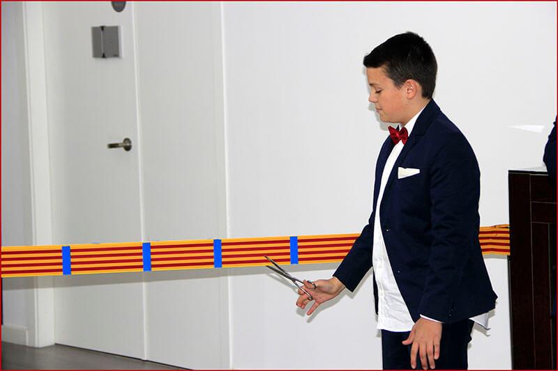 Miguel Mollá García cortando la cinta de la inauguración