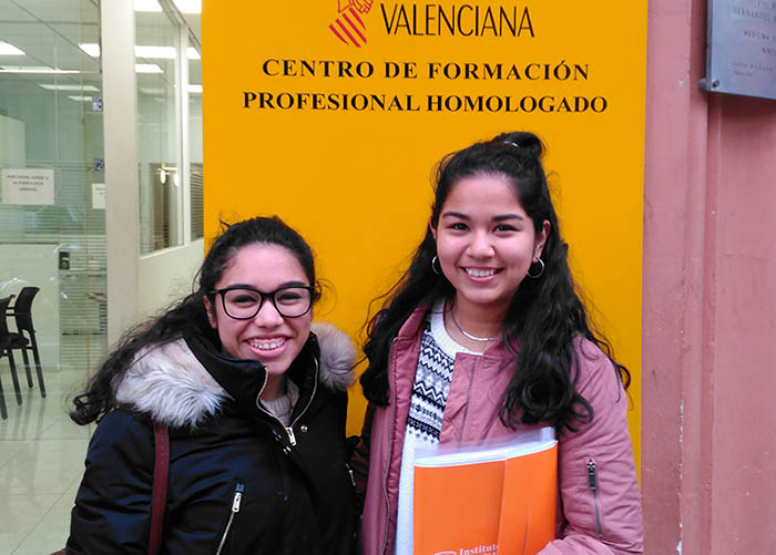 Stefany Fabiola Meza y Génesis Paola Rivera alumnas CFGS Bucodental INTER
