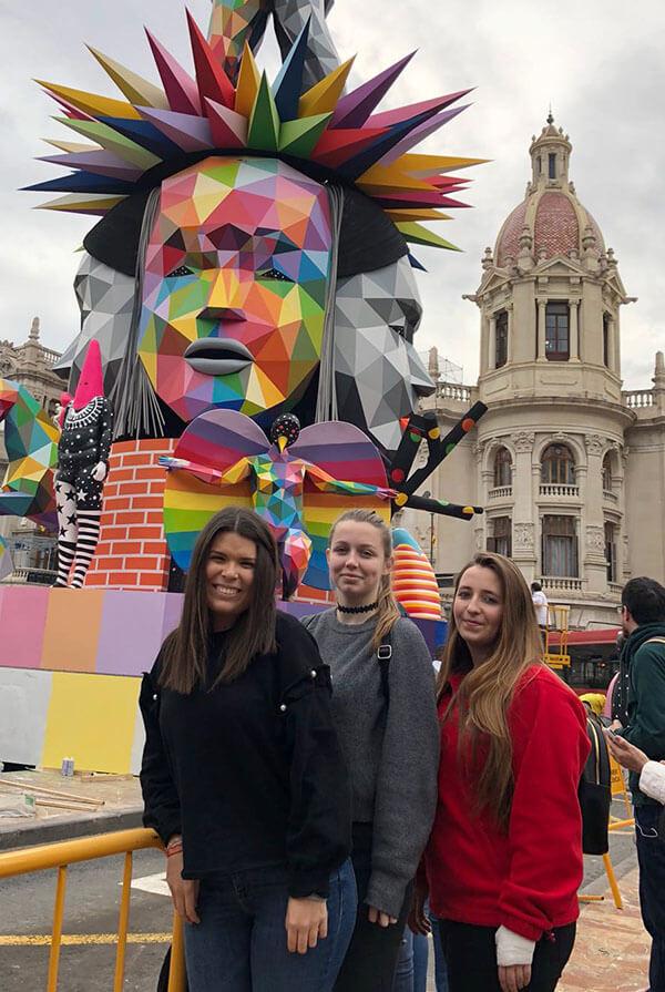 Alicia Leal, Lucía Jiménez y Marina Ramis delante de la falla del Ayuntamiento
