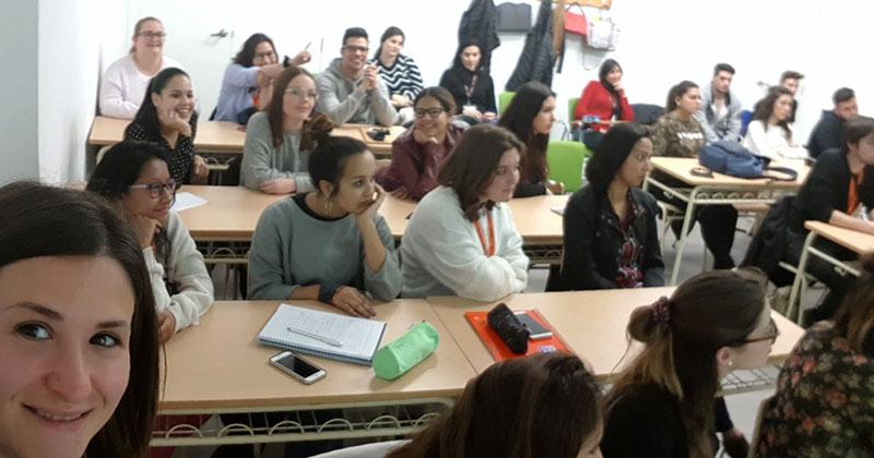Alumnos de 1º CFGS Higiene Bucodental antes de dar comienzo la conferencia de Oral-B