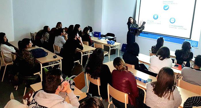 Alumnos de Higiene Bucodental durante conferencia de Oral-B