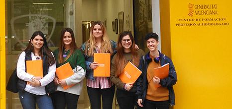 Alumnos CFGS Dietética y la docente, Nuria Medrano, en la puerta del Instituto INTER