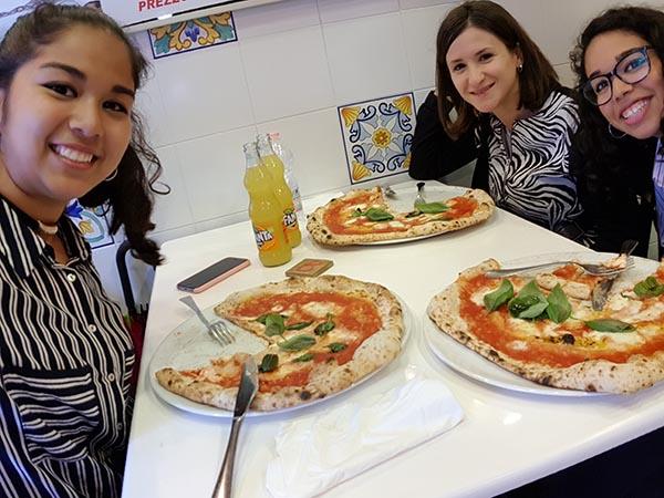 Higiene Bucodental en Nápoles disfrutando de la pizza