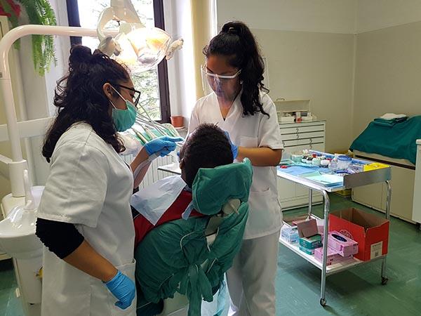 Inst. INTER, las alumnas de Bucodental Paola y Stephany, durante un detartraje supragingival durante FCTs en Italia
