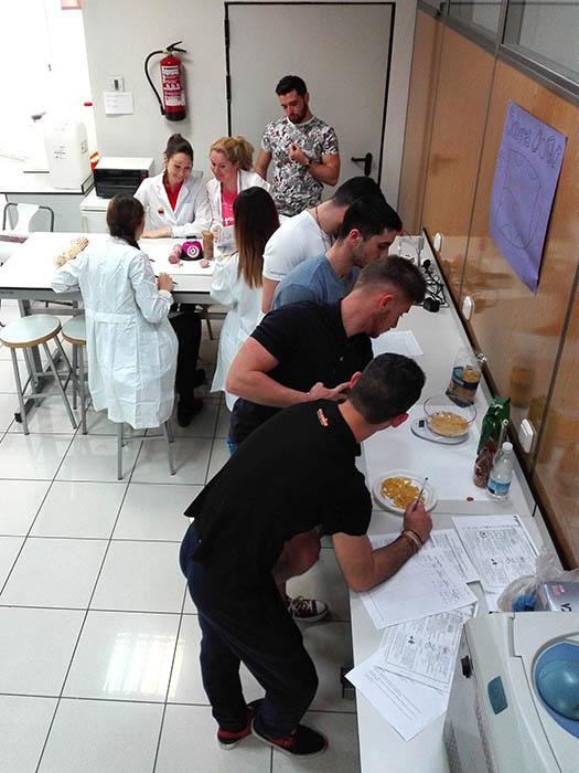 Alumnos INTER CFGS Dietética en laboratorio
