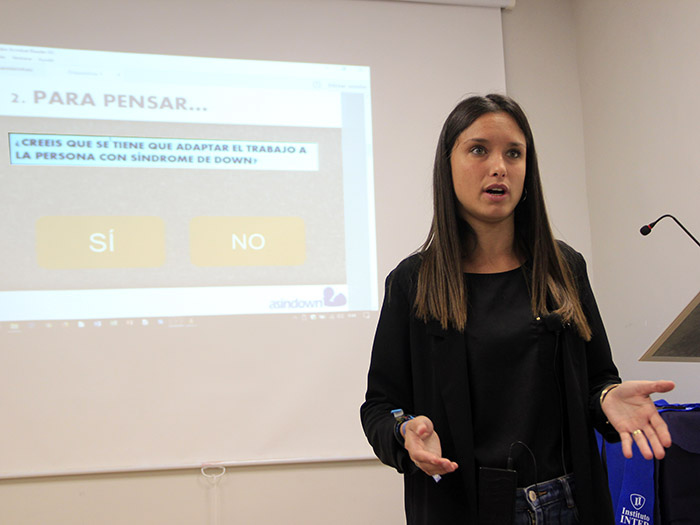 Sandra (Asindown) exponiendo en Instituto INTER