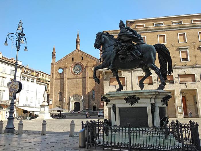 Plaza de los caballos en Piacenza