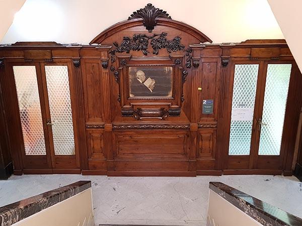Detalle de la escalera del hospital, con homenaje al Dr. Antonio Cardarelli.