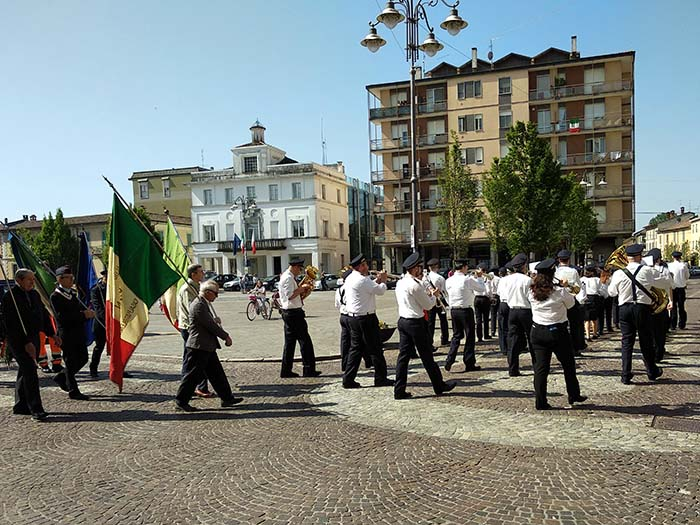 "Banda tocando ""Bella ciao"" en Casalpusterlengo"