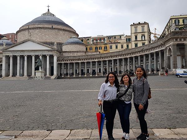 Paola Rivera, S. Fabiola Meza y Beatriz del Castillo en la Plaza del Plebiscito (Nápoles)