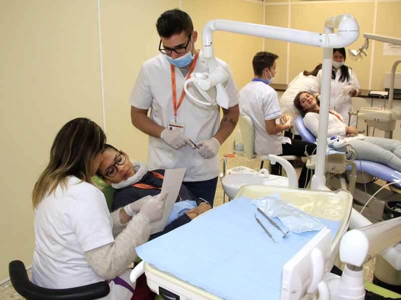 Alumnos de higiene bucodental Instituto INTER realizando prácticas