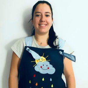 """Alba Cabanillas, alumna Educación Infantil INTER, luciendo el """"babi"""" de Creciendo Juntos, en Valencia."""