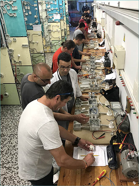 Alumnos en Taller Electricidad de Instituto INTER