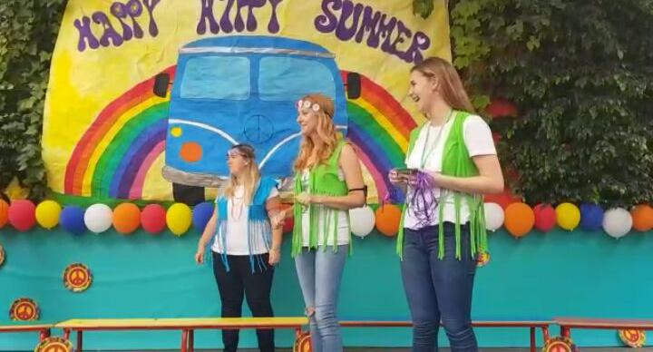 Lara Cuevas (a la derecha), en un festival de Pequeschool (Burjassot)