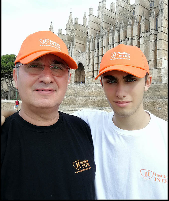 Gerardo Guaita junto a su hijo Marcos frente a la Catedral