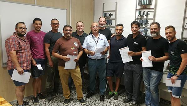 Alumnos de Certificado Frigorista de Instituto INTER junto a su profesor