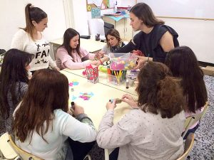 Alumnas CFGS Ed. Infantil de Instituto INTER preparando actividades infantiles