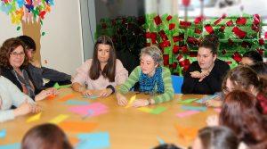 Alumnas CFGS Educación Infantil INTER realizando un taller de psicomotricidad fina
