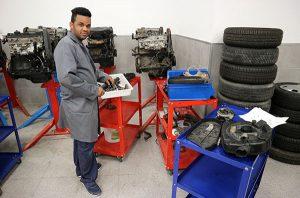 NTER Mecánica del Automóvil en taller durante clase práctica