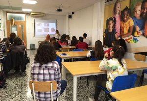 Alumnas INTER Educación Infantil en clase durante una exposición