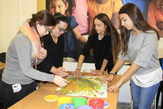Alumnas de CFGS Ed. Infantil INTER durante una clase práctica sobre los sentidos