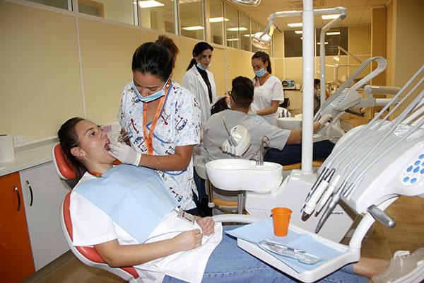 2_Clase práctica de limpieza bucodental en Instituto INTER