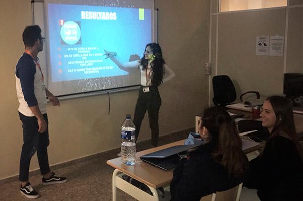 David Vilanova y Eva Frías exponen su trabajo en clase de Higiene Bucodental de Instituto INTER
