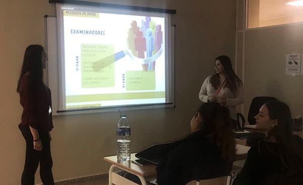 Deyanira Calderón y Sara Marín durante la exposición en clase de Higiene Bucodental de Instituto INTER
