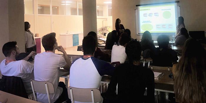 Deyanira Calderón y Sara Marín exponen su trabajo en clase de Higiene Bucodental de Instituto INTER