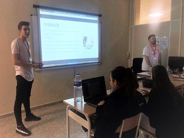 Kevin Montes y David Gironés durante la exposición en clase de Higiene Bucodental de Instituto INTER
