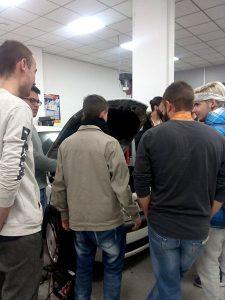 4_Alumnos en taller de mecánica INTER