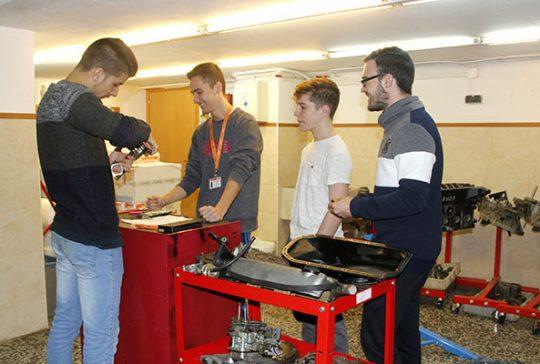 Alumnos INTER de CFGM Electromecánica en Taller