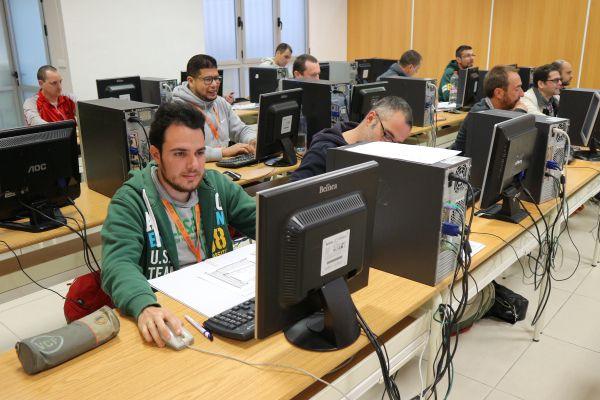 Alumnos INTER estudiando