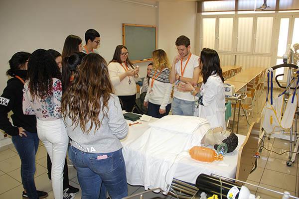1_Alumnos INTER de TCAE durante clase práctica sobre los cuidados respiratorios