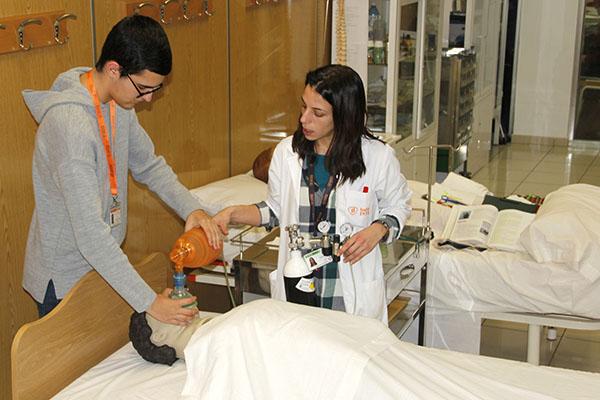 7_Alumnos INTER de TCAE durante clase práctica sobre los cuidados respiratorios