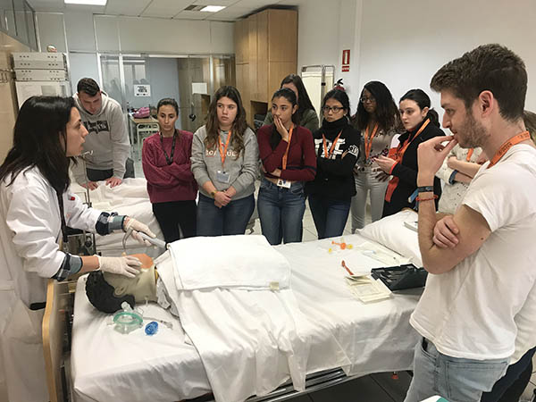 6_Alumnos INTER de TCAE durante clase práctica sobre los cuidados respiratorios