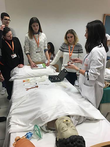 3_Alumnos INTER de TCAE durante clase práctica sobre los cuidados respiratorios