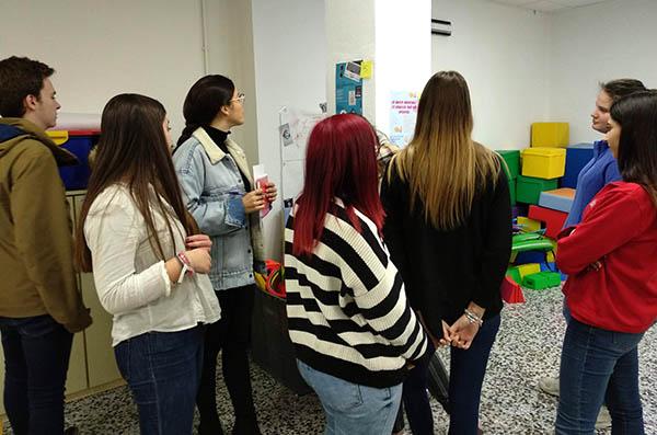1_Alumnos CFGS Educación Infantil INTER exponiendo trabajo de FOL