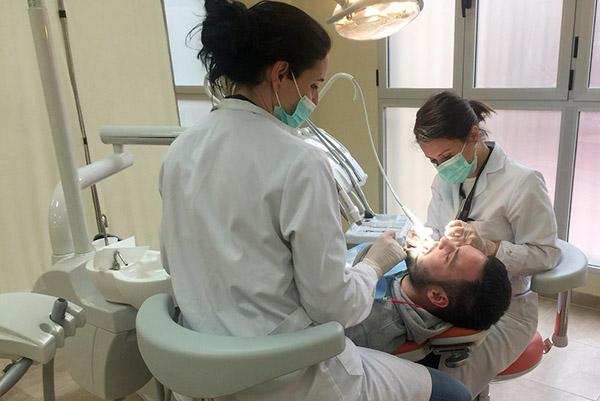 Nieves Ruiz y Beatriz Castillo en una taller práctico de Higiene Bucodental en INTER