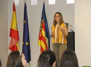 Clara Pellicer en Instituto INTER realizando conferencia sobre trastornos alimenticios 4