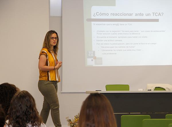 lara Pellicer en Instituto INTER realizando conferencia sobre trastornos alimenticios 2