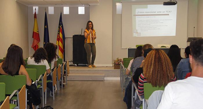 lara Pellicer en Instituto INTER realizando conferencia sobre trastornos alimenticios