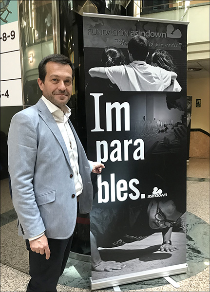 Javier Mollá junto cartel gala Imparables