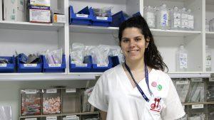 Eva García, alumna Aux. Enfermería en INTER, durante sus prácticas en el Hospital General
