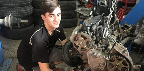 Javier Herrerías, alumno mecánica de I. INTER en el taller mecánico donde ha sido contratdo